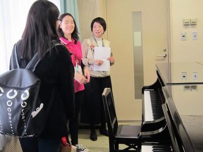古平孝子先生と学生スタッフ